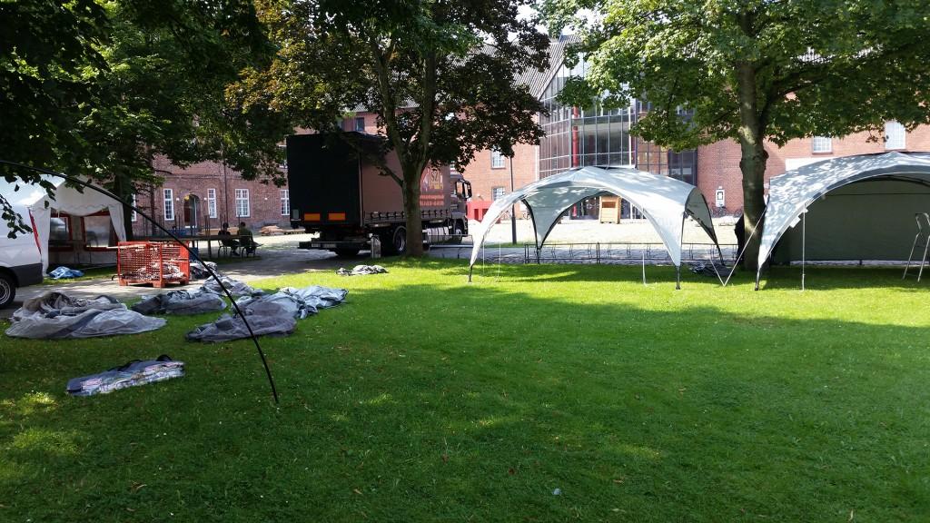 Weitere Zelte werden aufgebaut